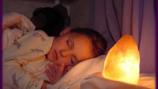 Đặt đèn đá muối trong nhà giúp trẻ phòng ngừa bệnh hô hấp