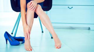 Phụ nữ đi giày cao gót nên massage chân với đèn đá muối